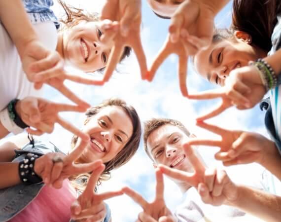 Gut aufgelegte, junge Leute bilden mit den Händen einen Stern