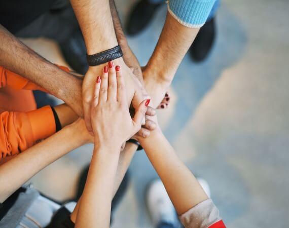 Menschen die ihre Hände zusammenhalten