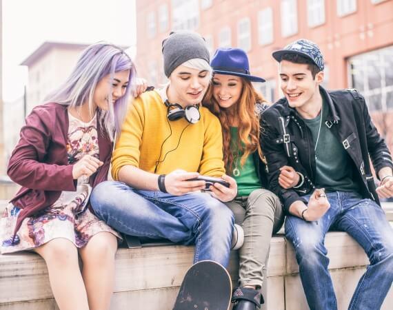 Das Bild zeigt 4 Jugendliche