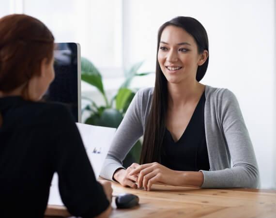 Eine Jugendliche im Beratungsgespräch mit einer Erwachsenen