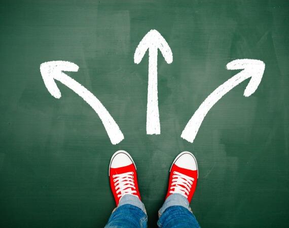 Eine Person steht vor der Entscheidung einen Weg einzuschlagen