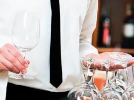 Kellner trägt leere Gläser